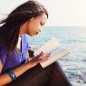 Junge Christin mit ihrer Bibel