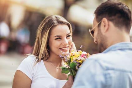 Interesse zeigt sich durch positive Flirt-Signale