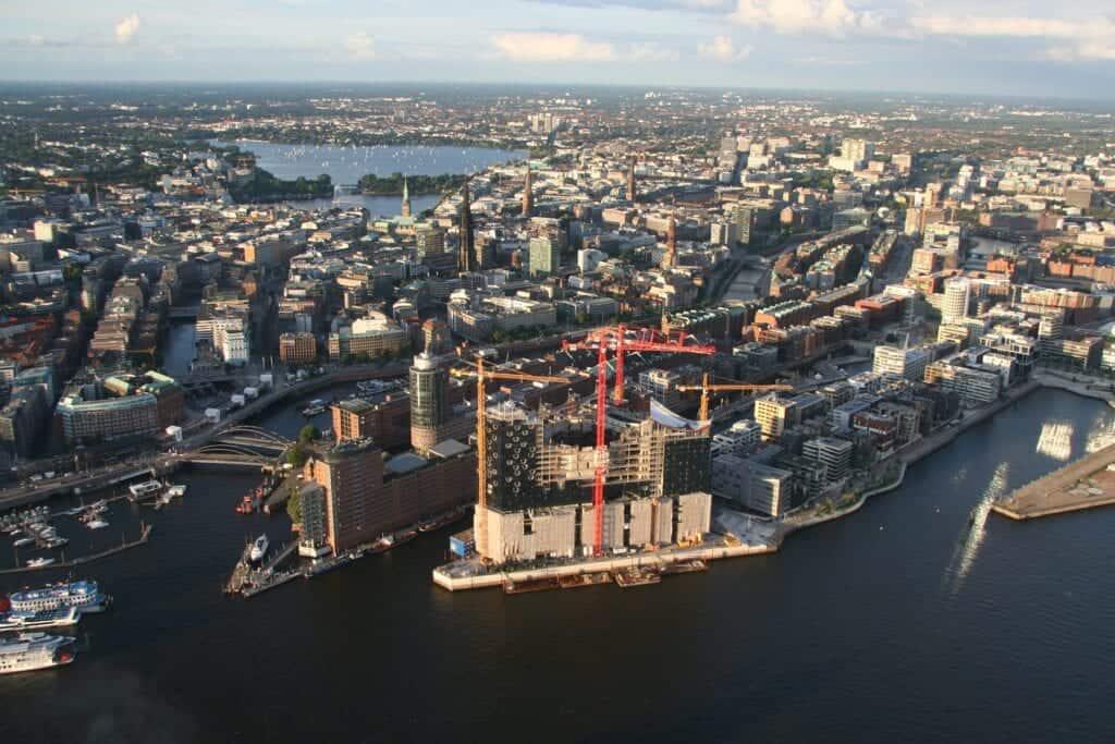 Blick auf die Hansestadt Hamburg - Elbphilharmonie und HafenCity